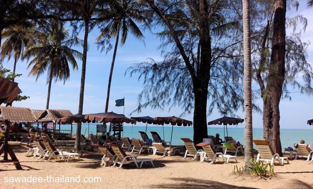 Sonne Tanken am Bang Niang Beach, Khao Lak