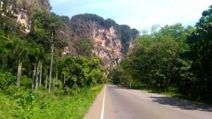 Felsenlandschaft auf dem Weg nach Ban Naisa