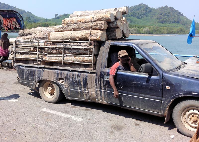 Diesen leicht überladenen Holztransporter trafen wir auf der Fähre von Koh Lanta