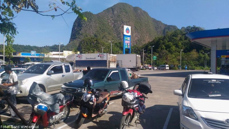 Tour nach Phuket, Tankstop bei Phang Nga
